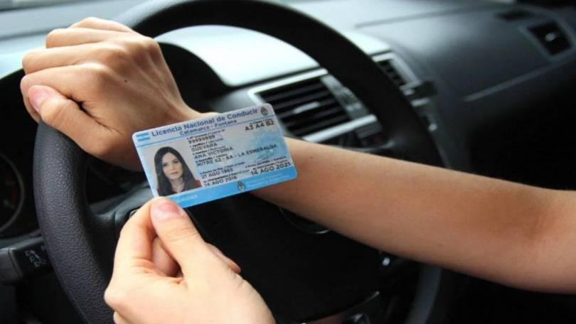 licencia-de-conducir-al-volante