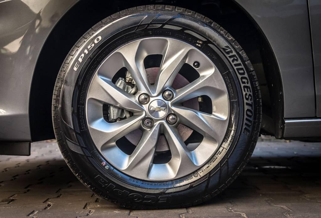 Chevrolet-Onix-LTZ-rueda-llanta-15-baja